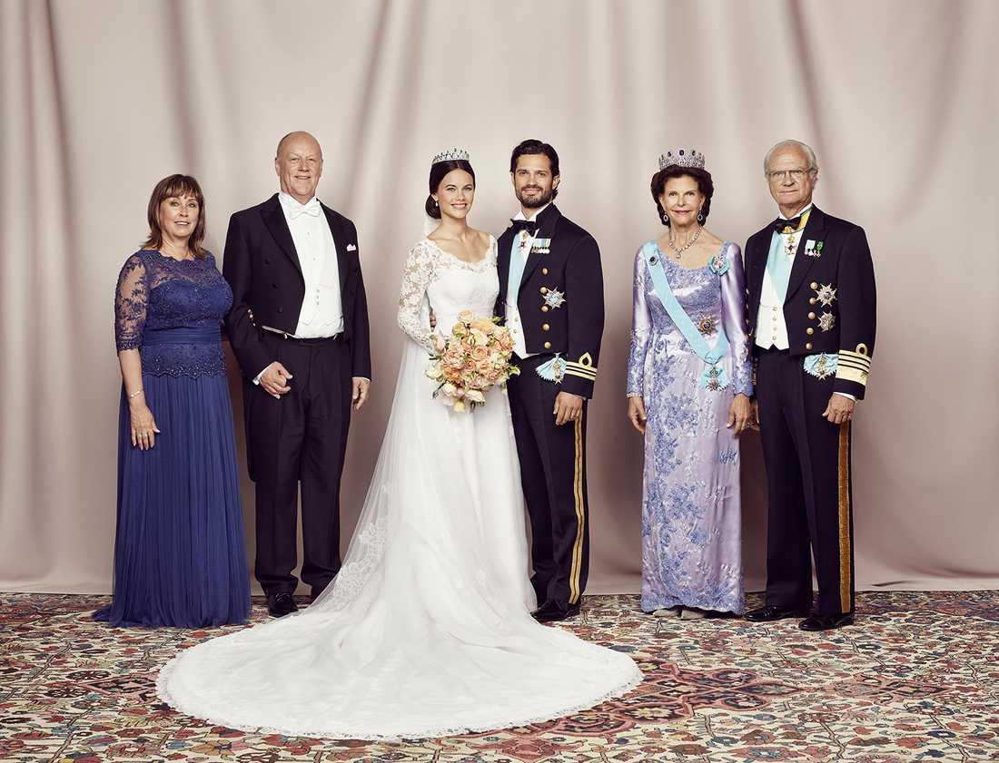 Prinsparet med föräldrar: Marie Hellqvist, Erik Hellqvist, prinsessan Sofia, prins Carl Philip, drottningen och kungen.