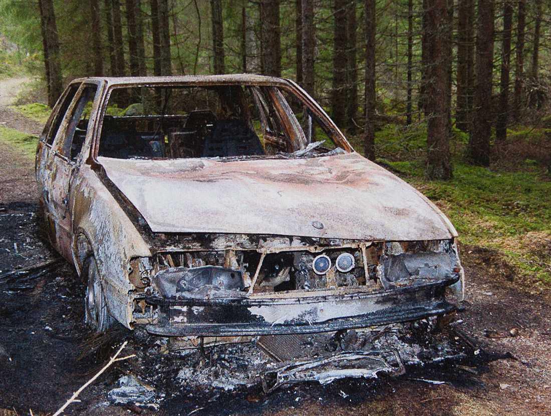 En bil som gubbligan misstänks ha tänt eld på efter ett rån.