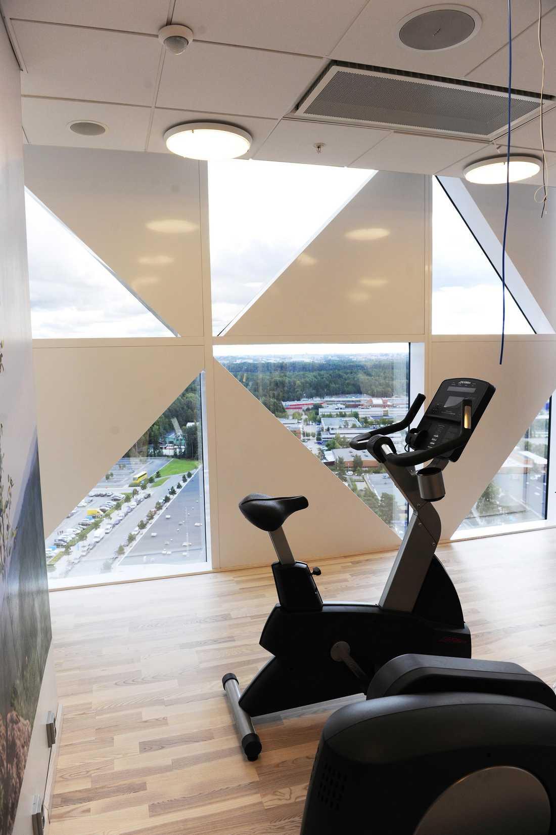 På 22:a våningen finns ett litet gym och bastuavdelning.