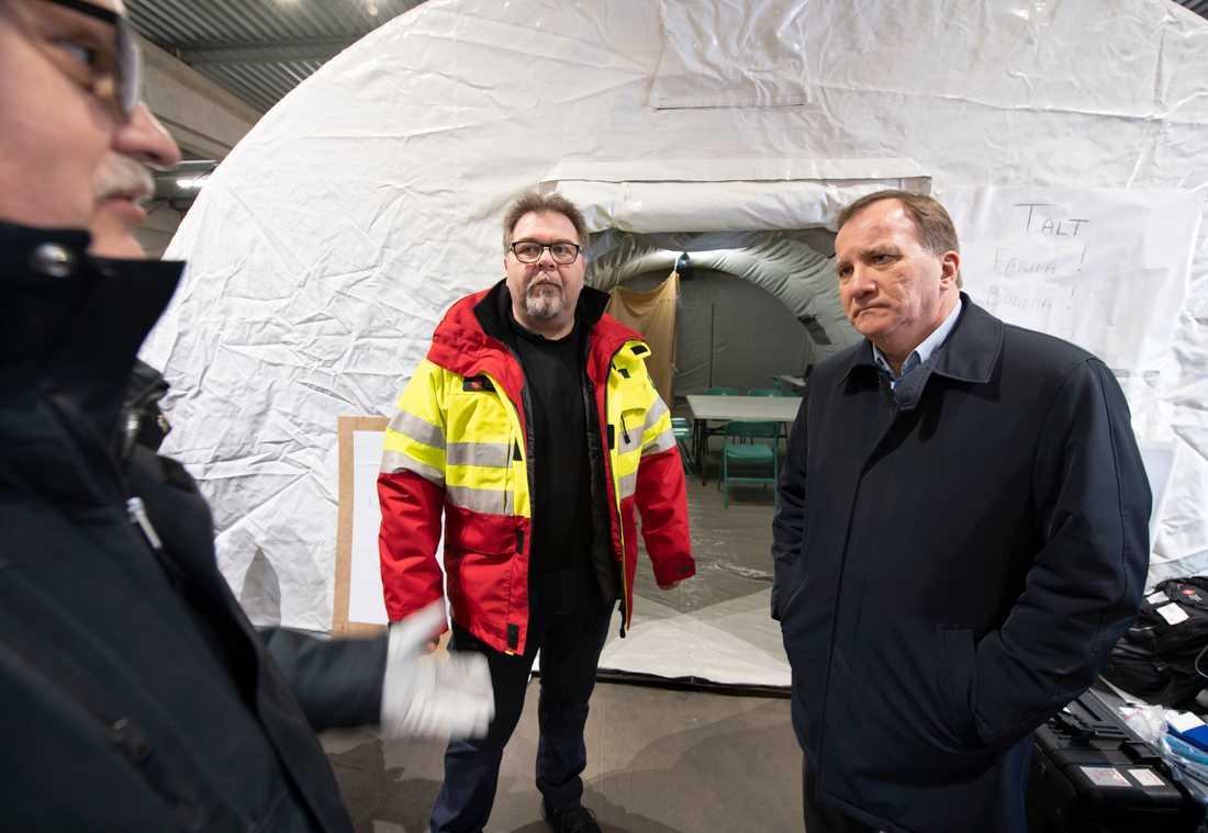 Bert Solberg och Tord Norrby på MSB:s lager i Kristinehamn visade statsminister Stefan Löfven (S) vilka tillgångar som finns på lagret.