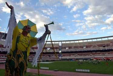 HÄR SKA DET AVGÖRAS Ett brasilianskt fans inne på Monumentalstadion i Buenos Aires, där nattens VM-kvalrysare avgörs.