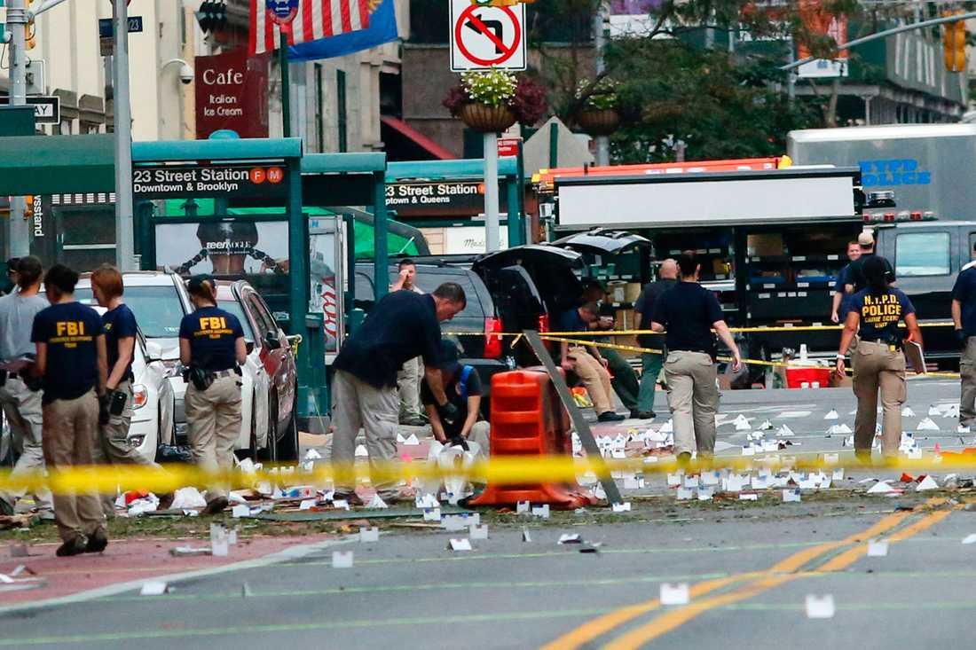 Polis undersöker platsen där en bomb exploderade i Chelsea i helgen.