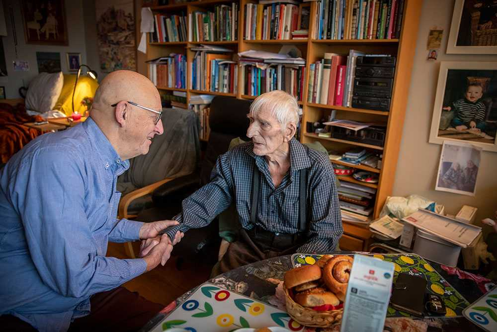 Lars Sjövall träffade sin livräddare Kjell Nilsson 74 år efter att han höll på att drunkna i kanalen i Kristianstad. Kjell som var grönsaksbud stannade och drog upp honom ur vattnet.