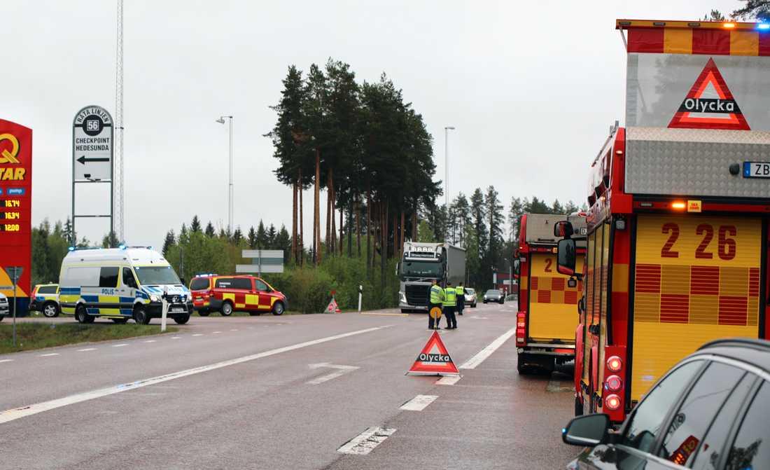 Två personer har förts till sjukhus efter olyckan.