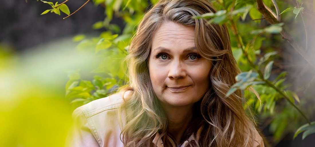 """Moa Herngren har just kommit med romanen """"Svärmodern"""" och skriver nu på fjärde säsongen av SVT-serien """"Bonusfamiljen""""."""