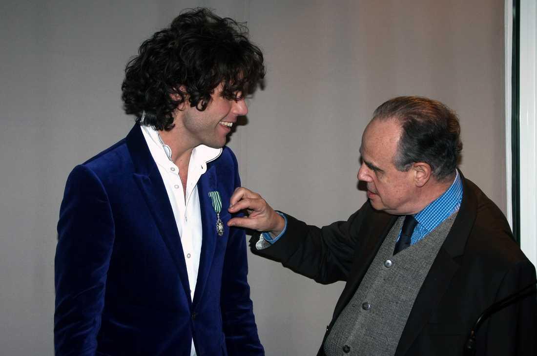 Här får han en medalj av den franska regeringen.