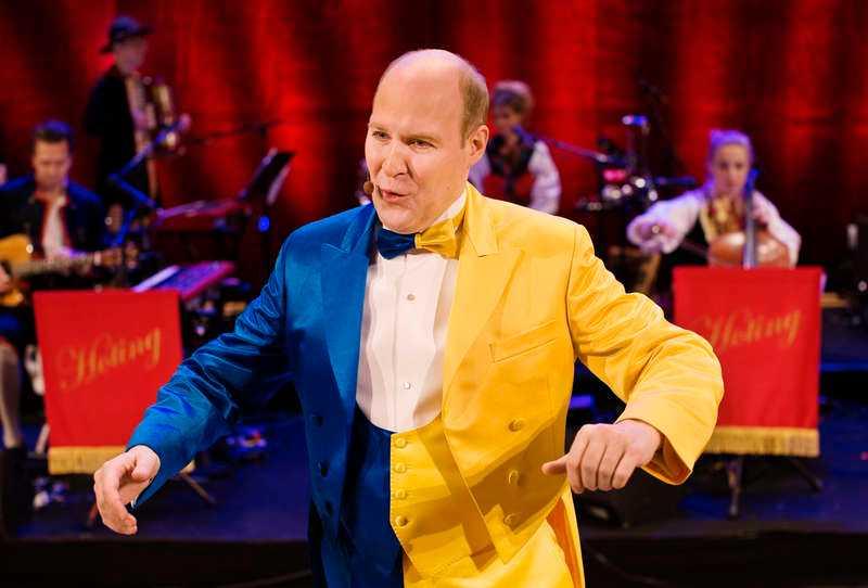 Henrik Dorsin byter i andra delen av showen om till blågul dräkt och fortsätter att glänsa - lite för länge bara.