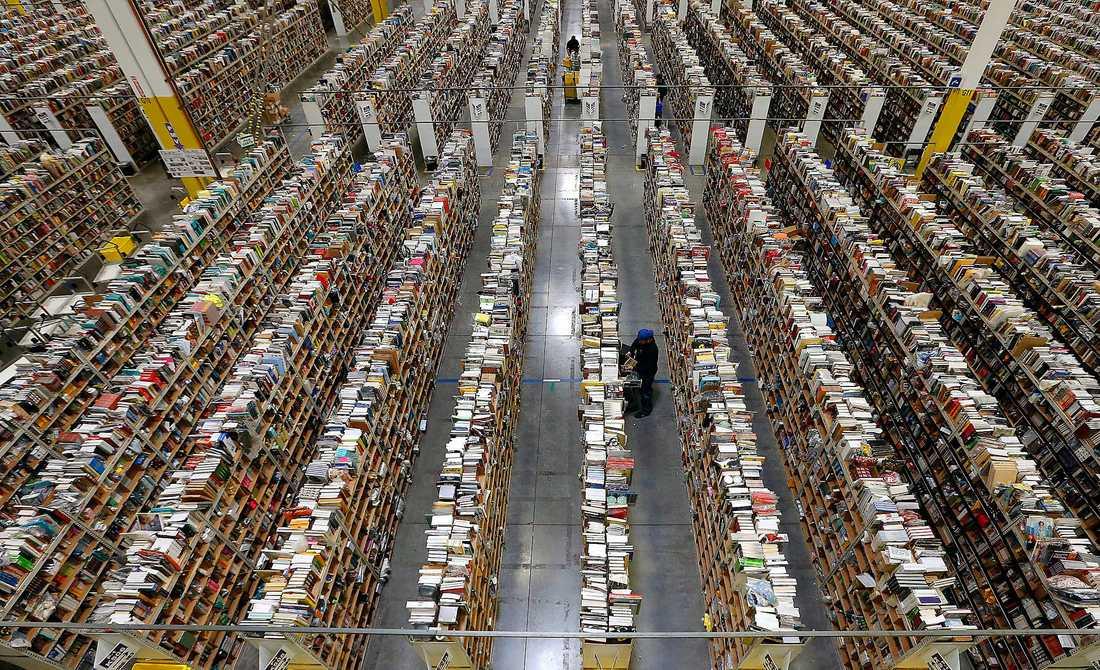 """Hejdå, boklådor Amazon.com bygger på att hålla låga priser till kund, oavsett hur det påverkar författare och bokförlag. Frågan är om vi är beredda att betala för konsekvenserna, skriver Ida Therén. Bilden visar Amazon.coms """"fulfillment centre"""" i Phoenix, USA. Foto: Ross D Franklin/AP"""