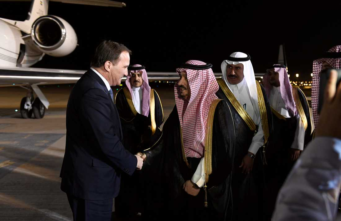 Statsminister Stefan Löfven tas emot på flygplatsen av Riyadhs guvernör Faisal bin Bandar Al Saud då han på lördagskvällen anländer till Saudiarabiens huvudstad Riyadh.