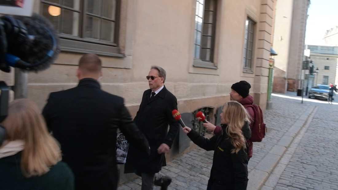 Horace Engdahl på väg in till ödesträffen med Svenska Akademien.