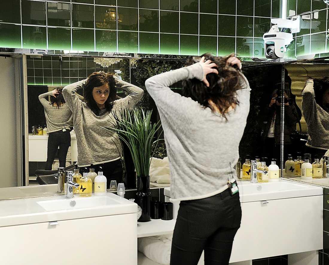 """inget smygsnack på toan Kamerorna följer deltagarna konstant. Till och med inne på toaletten, enligt bildproducenterna enbart för att man inte ska kunna gå in dit och viska (eller hångla). Observera """"spegeln"""" som egentligen är en ruta som bildproducenterna kan filma igenom."""