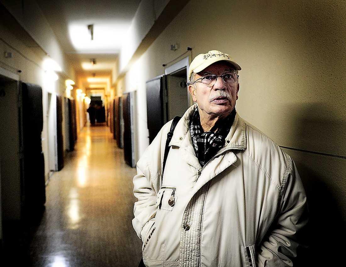 """PÅ PLATS – IGEN Martin Brama är tillbaka i det ökända fängelset Hohenschönhausen där han blev inspärrad för över 40 år sedan. I alla dessa år har han undrat vem som angav honom. Han blir helt stum när han får höra om vittnesmålen mot kyrkoherden """"Thomas""""."""