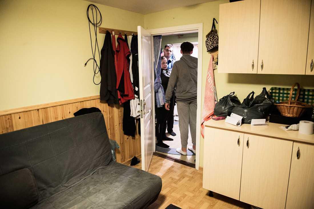 En bäddsoffa, en våningssäng, en kökbänk och ett bord. Ett liv.