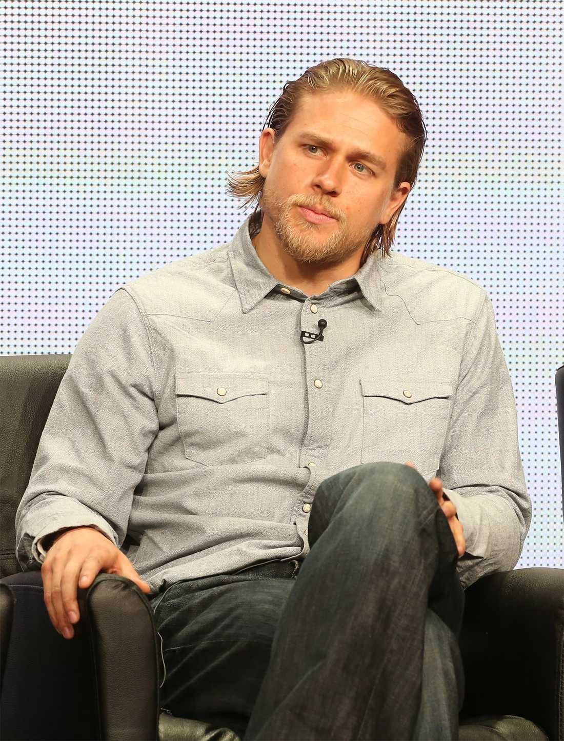 Charlie Hunnam spelar Grey.