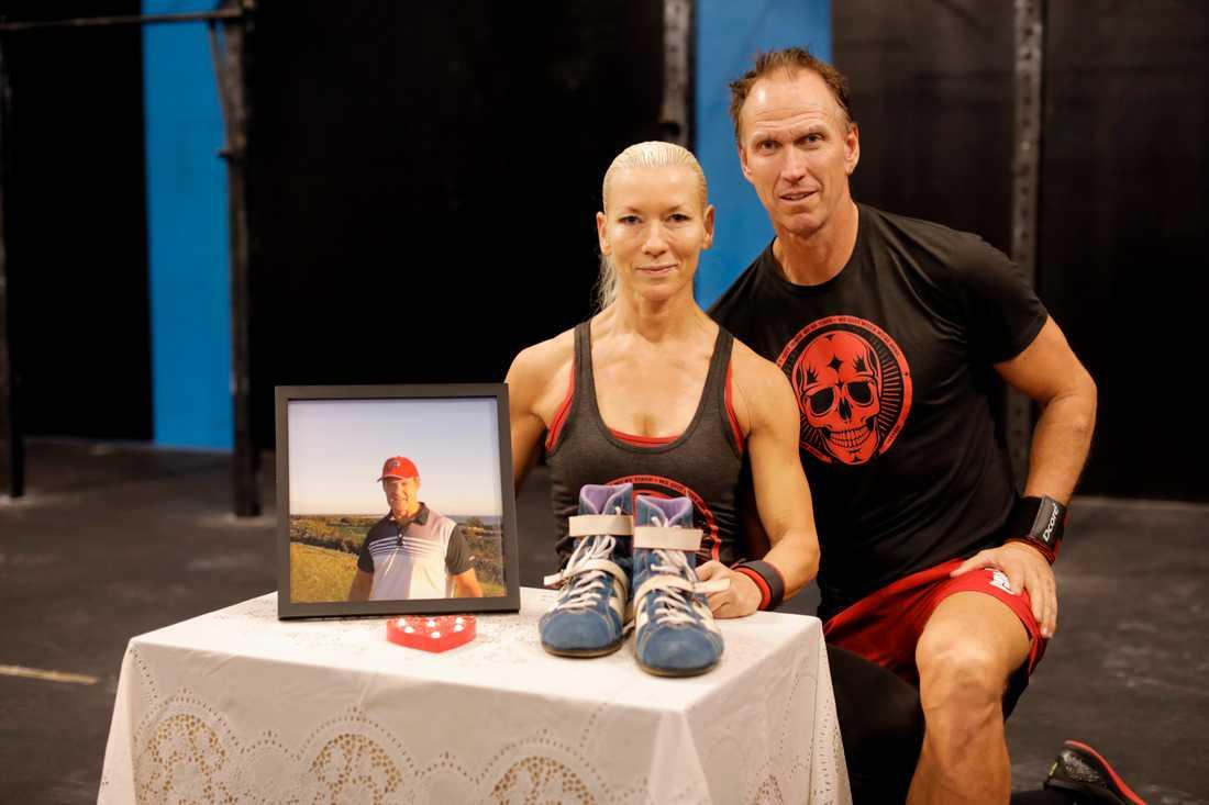 Crossfit-vännerna Patrik och Malin Braw hyllar bortgångne Kjäll Gustafsson.
