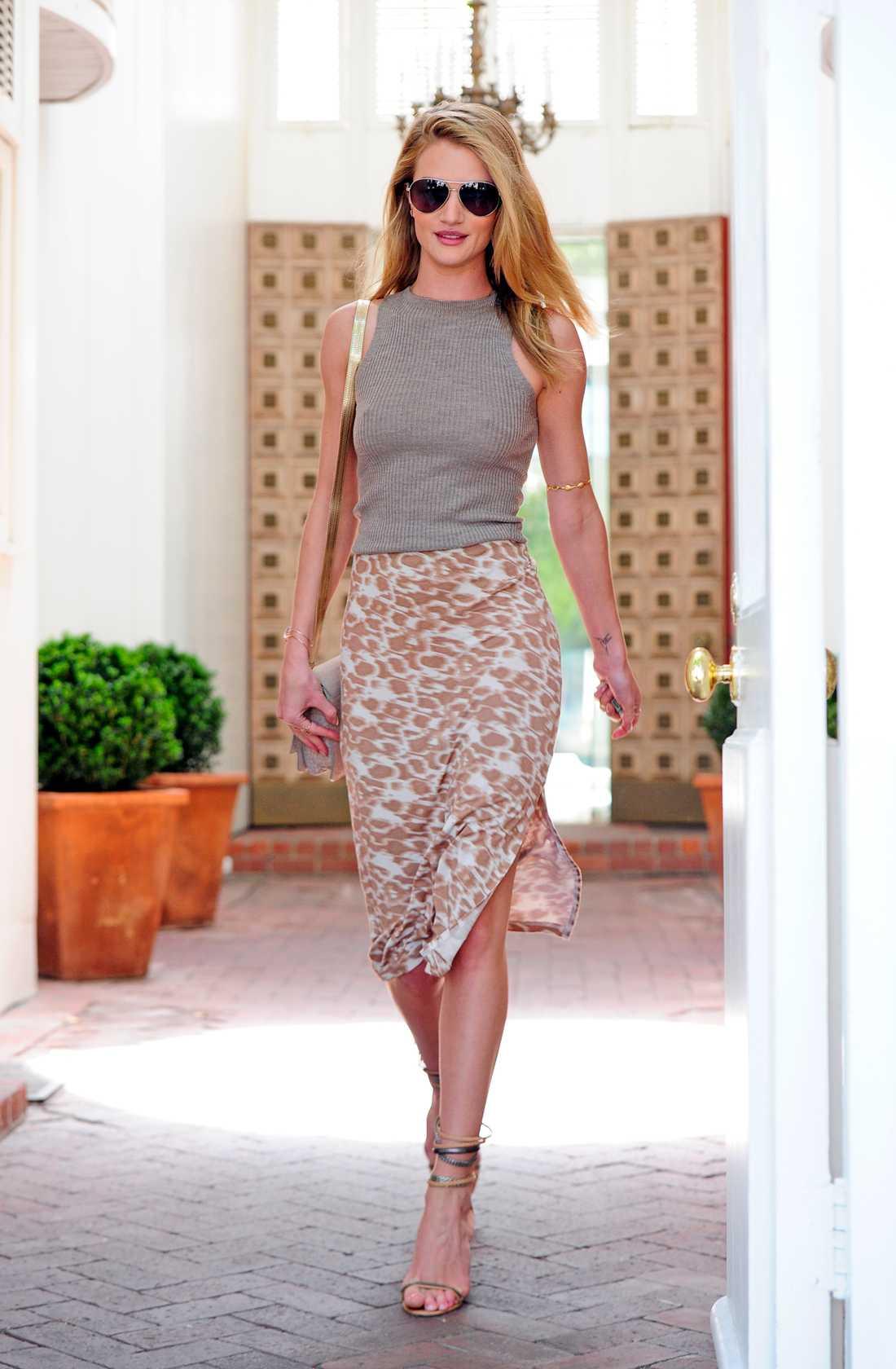 Rosie Huntington Whiteley På väg ut från en skönhetssalong i West Hollywood.