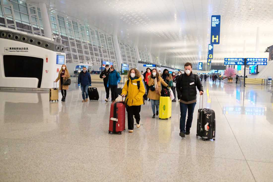 Människor evakueras från Wuhans internationella flygplats.