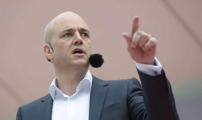 Reinfeldt avbröts under sitt tal.