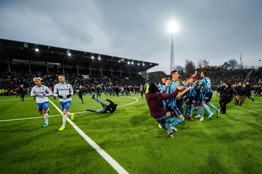 En supporter rusar in för att fira med SM-guldet, men han halkar och kapar Djurgårdens Haris Radetinac.