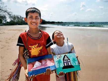 På Serendipity Beach ligger ett barnhem där barnen målar tavlor som de sedan säljer. Pengarna går till barnhemmet.