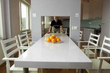 """fiffigt köksbord Bengt Larsson i Peabs """"Färgspel"""" visar det rull- och skjutbara köksbordet som kan vara kort eller långt och lätt åka mellan kök och matrum i en särskild lucka."""