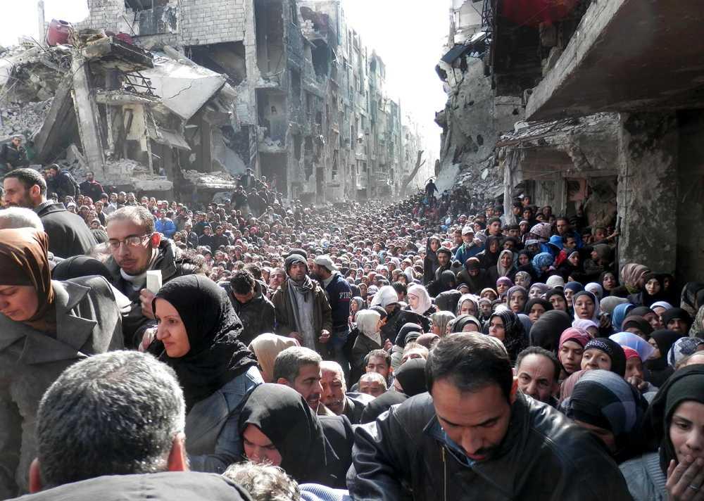 Människor köar för mat i Yarmouk i Syrien. Bilden togs den 31 januari