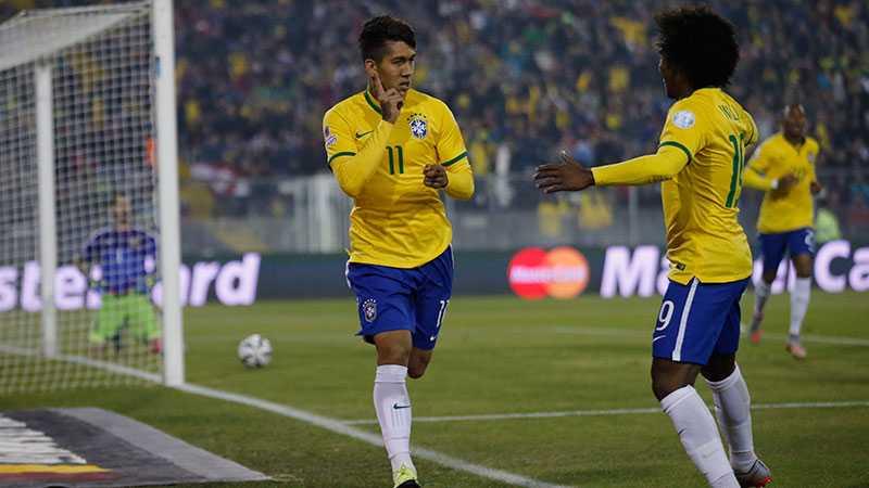 Brasiliens Roberto Firmino firar 2-0-målet med Willian som assisterade.