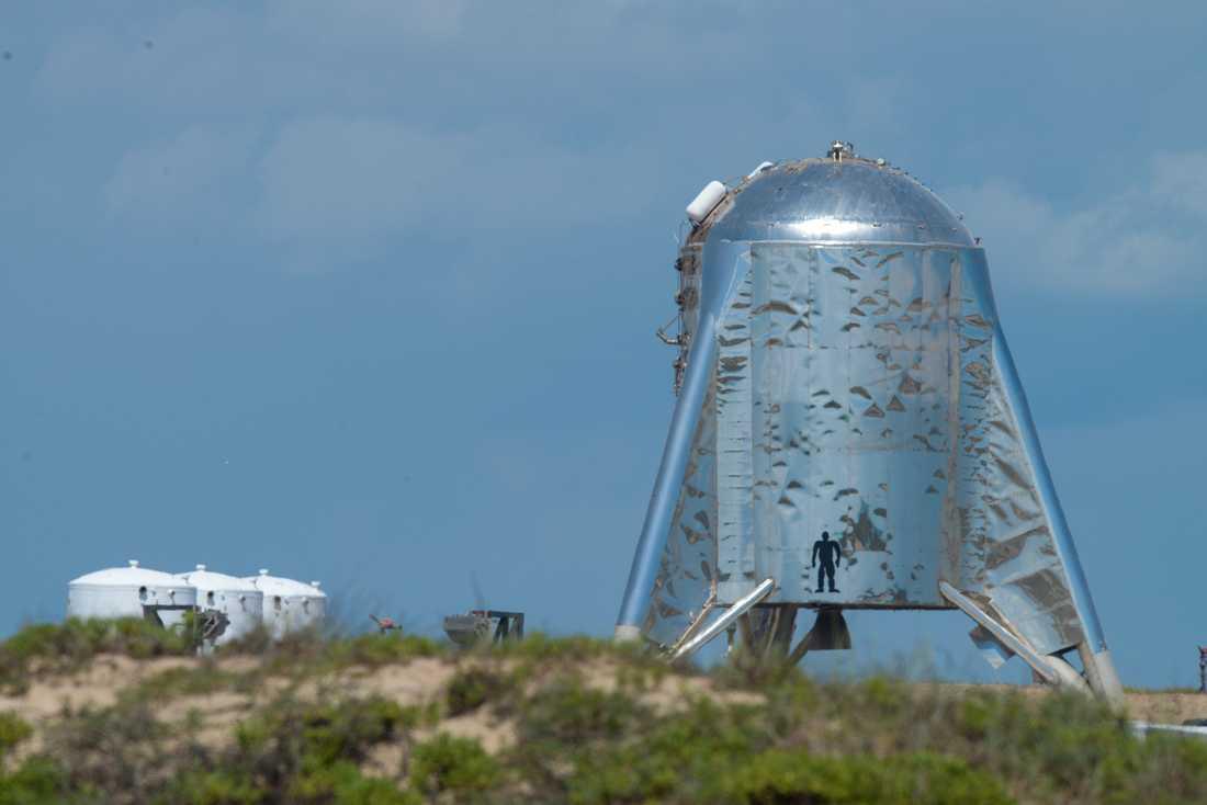 Prototypen Starhopper i Brownsville, Texas. Innan rymdskeppsmodellen flyger på riktigt ska den utrustas med noskon, och därmed bli mycket högre.