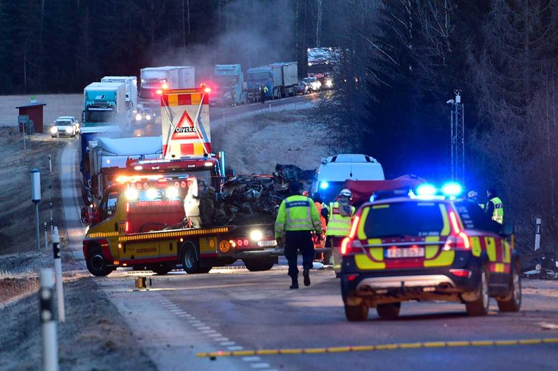 På väg 56 strax norr om Katrineholm har ett lastbilsekipage och en personbil frontalkrockat. Olyckan skedde vid 05:30-tiden.