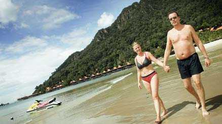 Anders och Susanne Björkman från Österskär njuter av den långa och lugna sandstranden vid hotell Mutiara Buruau Bay på Langkawi i Malaysia.