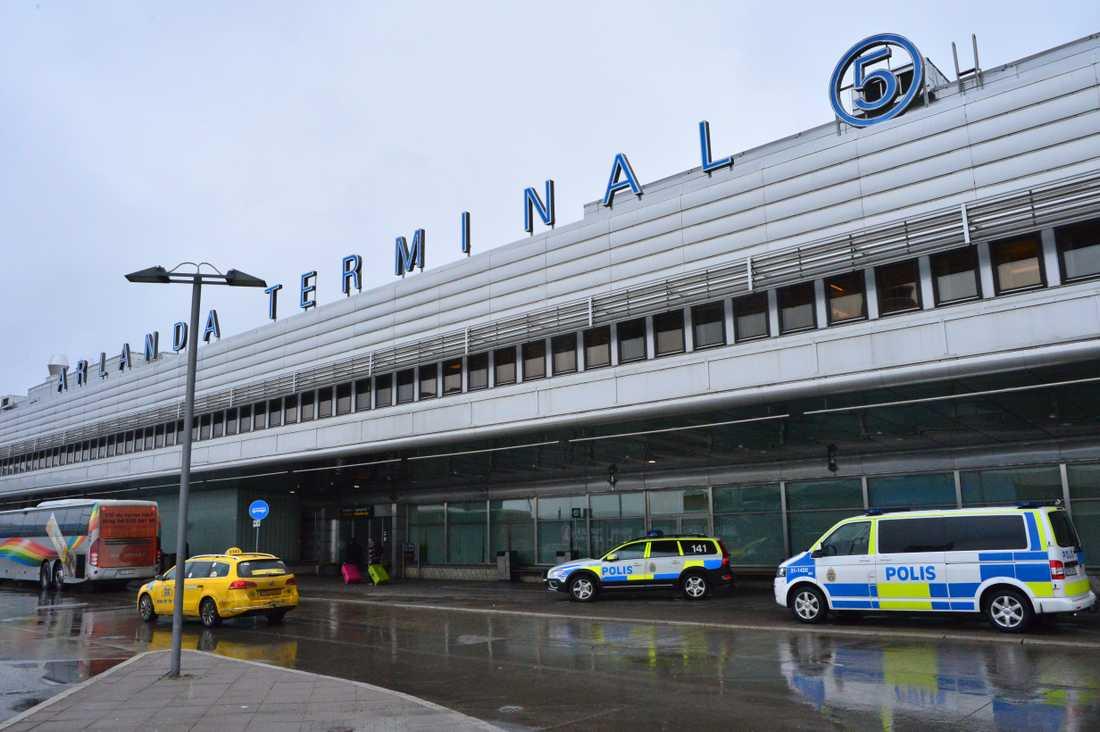 Mannen landade på Arlanda med en skottskada.