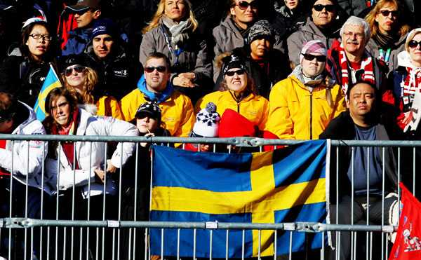 När Anja Pärson åkte störtloppet i vinter-OS 2010 i Vancouver. Anjas familj stod då i publiken, Filippa (t v) samt mamma Madeleine och storasyster Frida (t h).