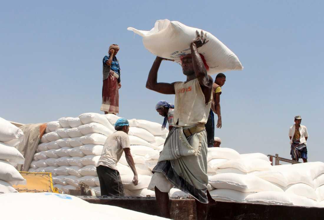 Behovet av nödhjälp är enormt i det krigshärjade Jemen. På bilden, som är tagen i fjol, levererar FN:s livsmedelsprogram WFP förnödenheter i Aslam. Arkivbild.