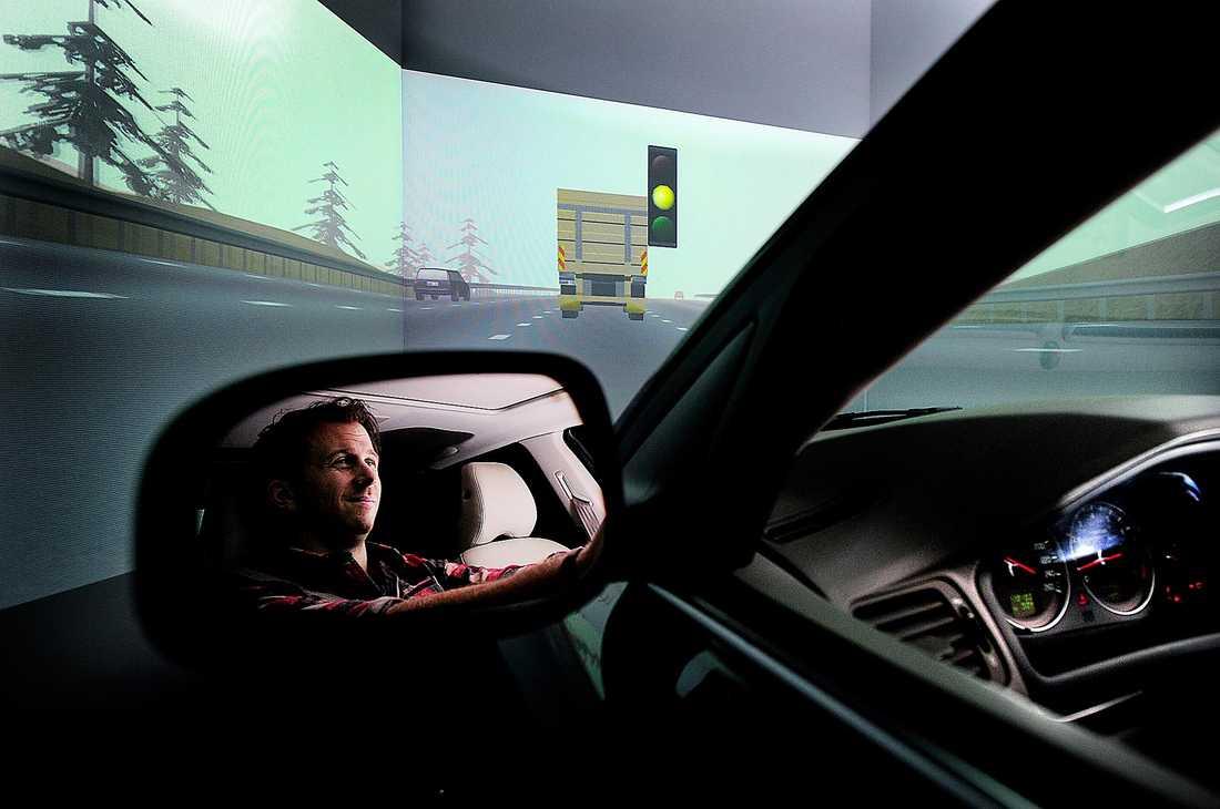 """FULLT UPP PÅ JOBBET Aftonbladets reporter Erik Wiman sörplar öl och sprit och hoppar in i bilsimulatorn. """"Det dunkar till varje gång jag kör in i lastbilen framför""""."""