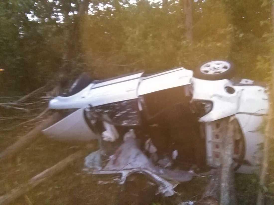 Fyra ungdomar kunde räddas efter att taket på deras bil klipptes upp med verktygen från Sverige.