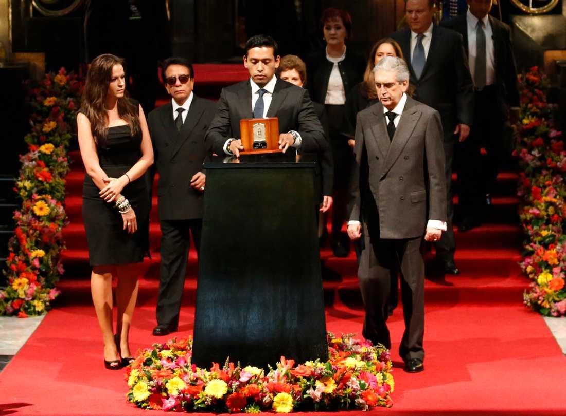 Juan Gabriels son Ivan Aguilera under minnesceremonin.
