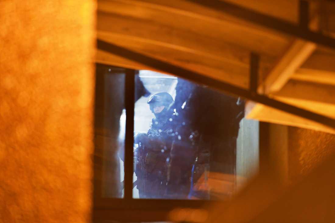 Tungt beväpnad polis vid tillslaget i Norsborg där en 21-årig kvinna greps.