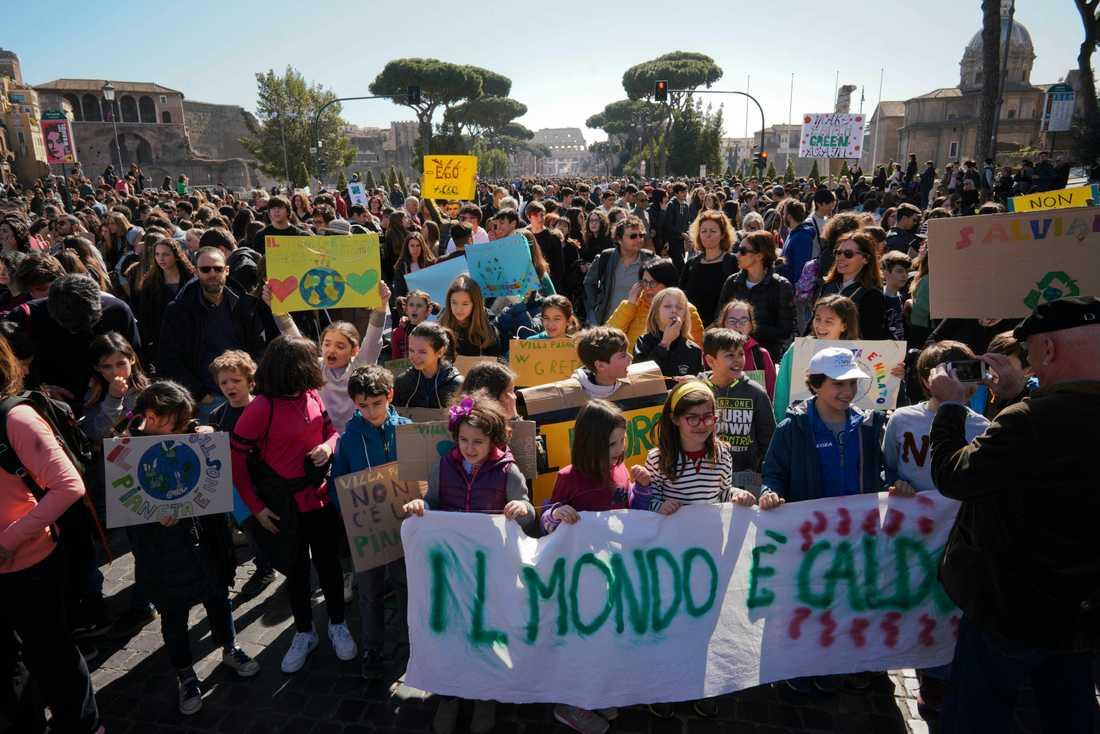 Klimatstrejkande studenter i Italiens huvudstad Rom.