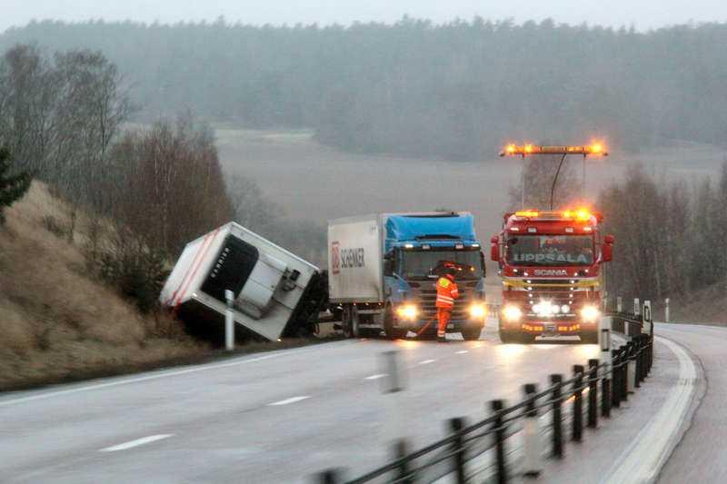 En lastbil åkte av vägen på riksväg 55 vid Örsundsbro.