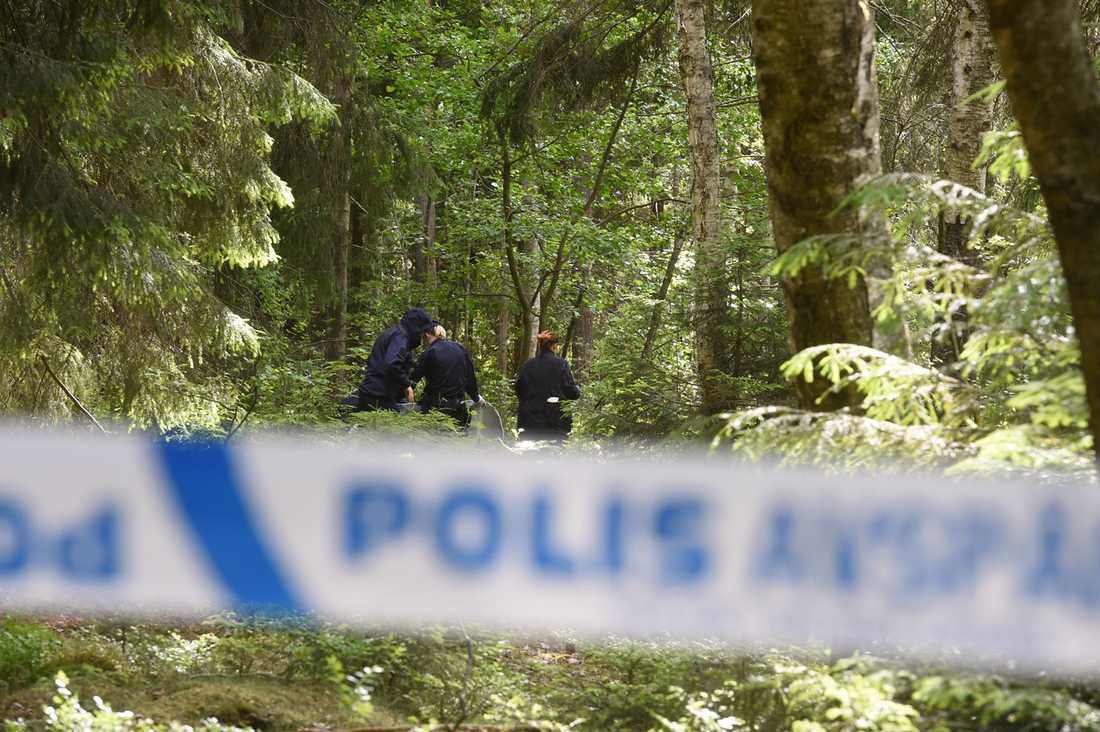 Polisen har sprärrat av platsen där den döda personen hittades.