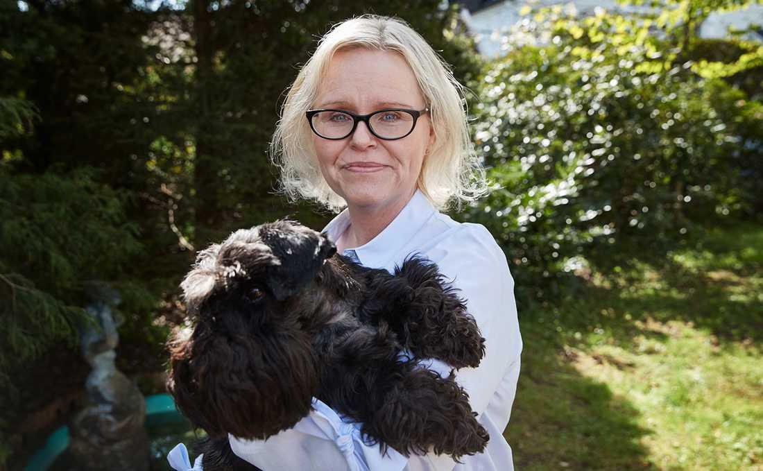 """I dag känner Maria inget agg mot den andra hunden: """"Den kan inte hjälpa att det blev så här. Jag är bara så glad att min Charlie lever""""."""