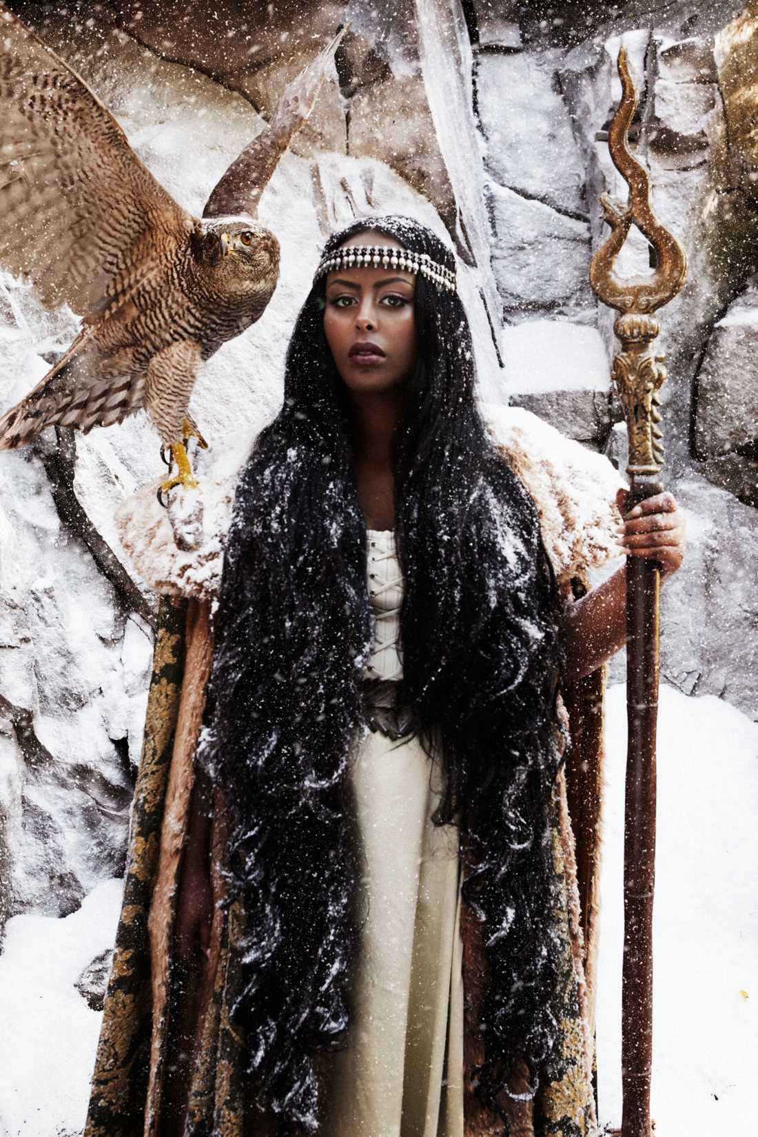 """CHERRIE (december): """"När orten rätar sin rygg står hon där, Araweelo, drottningen från de somaliska myterna. Med djärvheten på axeln, skörheten inom sig, beredd att dela. Hon är långt borta och nära, i postnummer 163. Om vi verkligen vill att inga fler unga reduceras till mörk statistik i det vita borde vi lyssna på henne. Hon hjälper oss att tolka och förmedla den värld vi alla lever våra liv i. Hennes röst hjälper oss att skapa egna rum även i en ny tid. Det är ingen saga, det är verkligheten."""""""