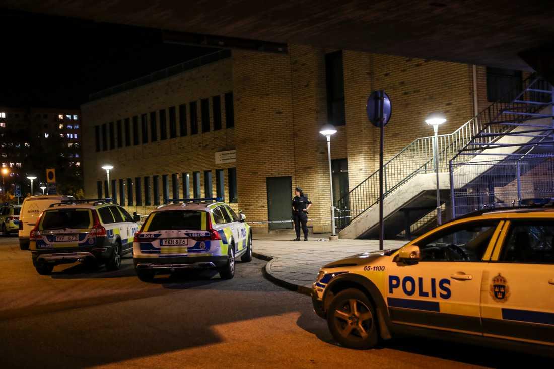 Larm om höga smällar kom in till polisen strax före klockan elva på lördagskvällen. Den skottskadade mannen har förts till sjukhus med ambulans.