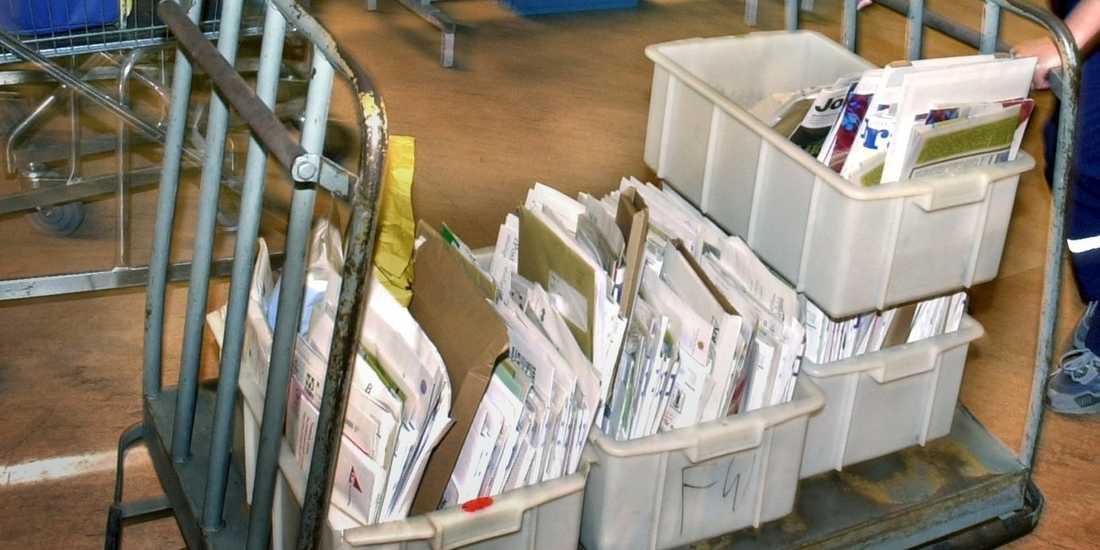 Post och vagnar hamnade på E45 i Trollhättan när en postbil tappade en del av lasten tidigt på tisdagen. Arkivbild.