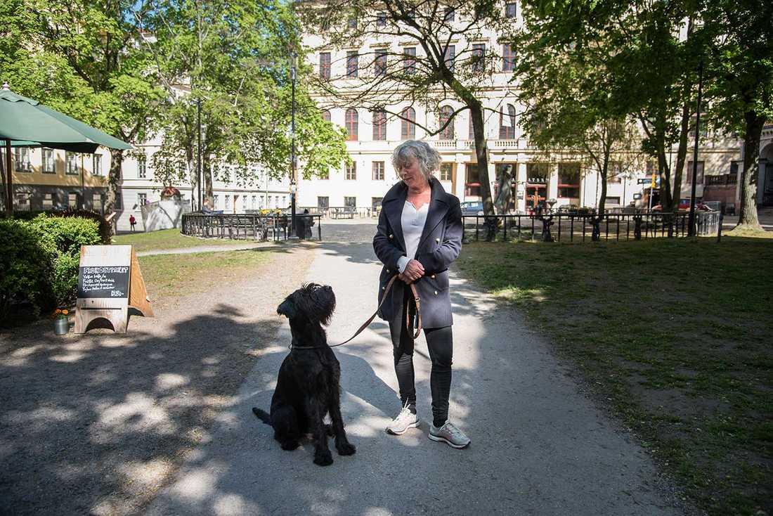 """""""Jag bor på ett av världens finaste ställen"""", säger Eva Marsk på Mosebacke torg."""