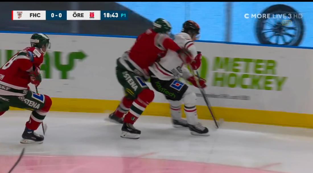 Fasthållning 1: Jacob Moverare, Frölunda, håller lätt om Mathias Bromé med båda armarna. Utvisning, holding 2 minuter. Örebro gör 1-0 i spel 5 mot 4.