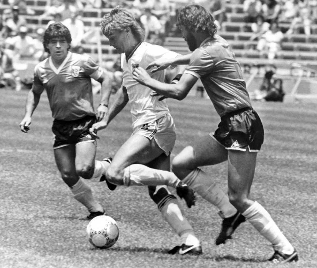 Glenn Hoddle tar sig förbi Maradona och Batista i VM 1986