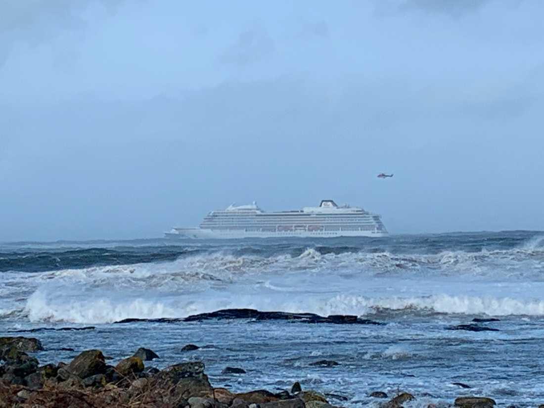 Kryssningsfartyg i sjönöd utanför Norge 1300 passagerare ska evakueras.