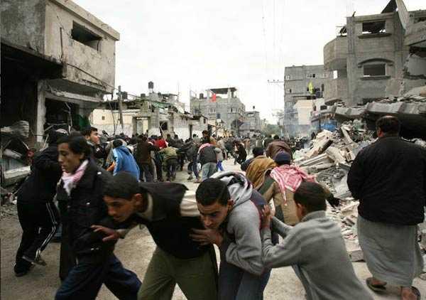 Flyende människor på Gaza Citys gator.