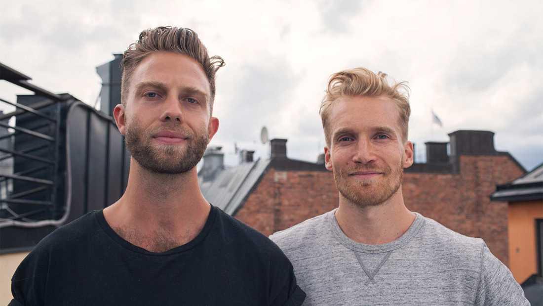 Jacob Sempler och Emil Tiismann ligger bakom skyltarna som varnar för smartphoneanvändare.